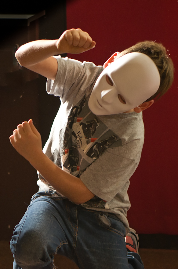 """Das Bild zeigt einen Jungen mit einer weißen Maske, der im Rahmen des Demikratieprojetes """"IchDuErSieEsWirIhrSie – Individualität, Originalität und Gemeinschaft in Wiesloch leben"""" performt. Das Projekt wurde 2019 durch die PfD Wiesloch mit Mitteln aus dem Bundesprogramm Demokratie leben! gefördert."""