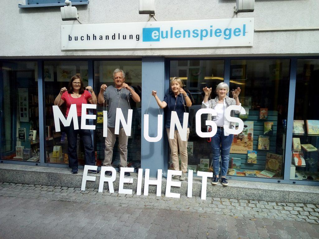 Der Begriff Meinungsfreiheit dargestellt mit Holzbuchstaben und gehalten von Mitarbeiter*innen der Buchhandlung Eulenspiegel in Wiesloch
