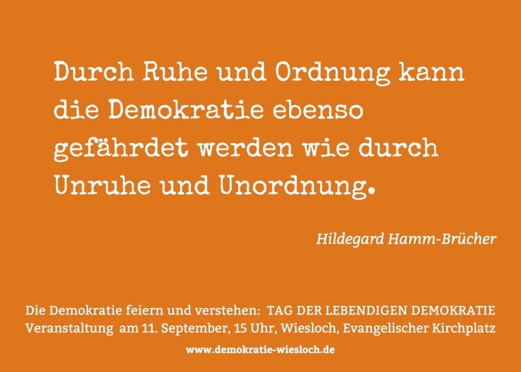 Postkarte mit Zitat: Durch Ruhe und Ordnung kann die Demokratie ebenso gefährdet werden wie durch Unruhe und Unordnung. (Hildegard Hamm-Brücher)